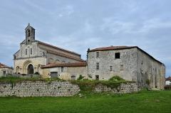 Eglise Saint-Jean-Baptiste - Français:   Vue ouest-sud-ouest de l\'église (XIIe et XIXe siècles)et du prieuré (souvent modifié depuis le XIe, travaux en cours) de Ronsenac, Charente,France.