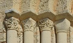 Eglise Saint-Jean-Baptiste - Français:   Chapiteau originel et chapiteaux restaurés, côté gauche du porche, église de Ronsenac, Charente, France.
