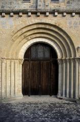 Eglise Saint-Jean-Baptiste -  Portail de l'église Saint-Jean-Baptiste à Ronsenac, Charente, France.