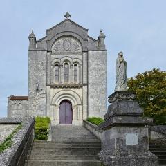 Eglise Saint-Romain - Français:   Façade de l\'église (XIIe et XIXe siècles) et statue de la Vierge, Villebois-Lavalette, Charente, France.