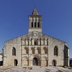 Eglise paroissiale Saint-Gervais et Saint-Protais - Français:   Façade de l\'église Saint-Gervais-Saint-Protais (XIIe, XVe et XIXe siècles), Jonzac, Charente-Maritime, France.
