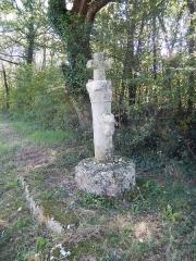 Ancienne croix de carrefour - Français:   Croix située à côté de l\'Église de la Frédière, sur un chemin de Compostelle. La protubérance sur cette croix fait office d\'autel miniature. Les pèlerins y déposent des cailloux.