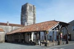 Halle - Français:   Halle et clocher de l\'église Saint-Jean-Baptiste Saint-Jean-d\'Angle Charente-Maritime France