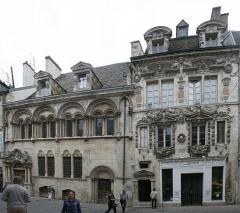 Hôtel Aubriot - Rue des forges à Dijon. Un bel ensemble architectural comportant l'Hôtel Aubriot. Compte tenu de l'étroitesse de la rue des forges, cette vue est composée par l'assemblage de 3 clichés