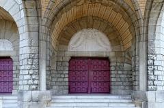 Eglise du Sacré-Coeur : l'église ; les façades et toitures du presbytère, de l'ancienne cité paroissiale, actuel centre universitaire catholique, et la clôture de ces bâtiments (cad. AV 222, 223) : inscription par arrêté du 2 août 2012 - Français:   Portes de l\'église du Sacré-Cœur, (Dijon, Côte d\'Or, Bourgogne, France).