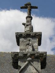 Château de Trégarantec - Église Notre-Dame de Délivrance du Quillio (22). Porche sud. Partie sommitale: Saint, Pietà et Christ en Croix.