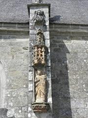 Château de Trégarantec - Église Notre-Dame de Délivrance du Quillio (22). Statue de la Vierge à l'Enfant sur le contrefort de la costale sud de la nef.