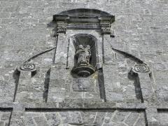 Château de Trégarantec - Église Notre-Dame de Délivrance du Quillio (22). Vierge à l'Enfant ornant la façade occidentale de la tour-clocher.