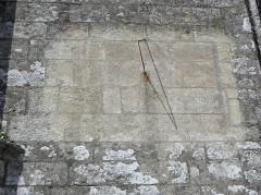 Château de Trégarantec - Église Notre-Dame de Délivrance du Quillio (22). Cadran solaire sur le mur sud du croisillon méridional.