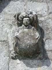 Château de Trégarantec - Église Notre-Dame de Délivrance du Quillio (22). Porche sud. Détail. Ange portant un écu.