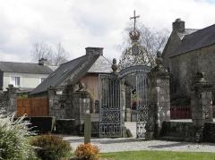 Château de Trégarantec - Église Notre-Dame de Délivrance du Quillio (22). Grille d'entrée du cimetière, en fer forgée, provenant de l'Abbaye de Bon-Repos.