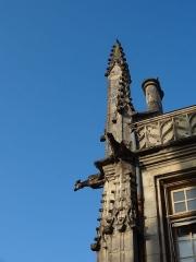 Mairie - Français:   Mairie de Breteuil, détail rebord du toit et gargouille et cheminée