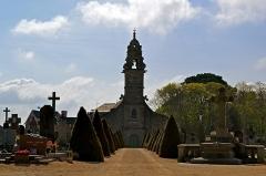 Eglise Saint-Pierre - Français:   Entrée du cimetière avec en face l\'église Saint-Pierre à Saint-Pol-de-Léon (29).