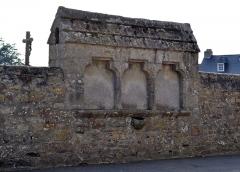 Eglise Saint-Pierre - Français:   Ossuaire dans le mur du cimetière Saint-Pierre de Saint-Pol-de-Léon près de l\'église Saint-Pierre