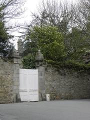 Maison - Français:   Portail d\'entrée de l\'hôtel particulier sis 11 rue des Vieilles Ursulines en Saint-Pol-de-Léon (29).