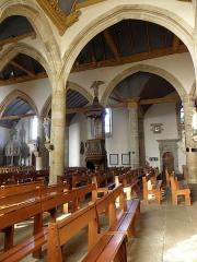 Maison - Intérieur de l'église Notre-Dame de Bodilis (29). Vue traversante de la nef depuis le collatéral sud. Chaire.