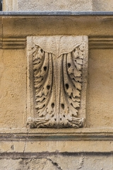 Immeuble - English: Details of the facade of the building at 17 rue des Marchands in Nîmes, Gard, France