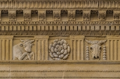 Immeuble - English: Frieze on the facade of the building at 17 rue des Marchands in Nîmes, Gard, France