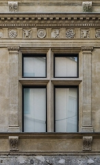 Immeuble - English: Window of the building at 17 rue des Marchands in Nîmes, Gard, France