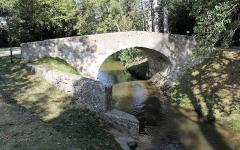 Pont Vieux de Cailhavel ou Pont Saint-Jean, sur la Rigole de la Plaine - Français:   Pont Vieux de Cailhavel et son abreuvoir, enjambant la Rigole de la Plaine à Saint-Félix-Lauragais.