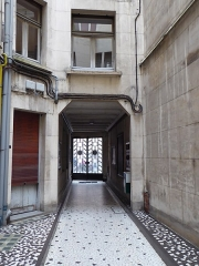 Immeuble - English: Interior  of entry door and entry archway of 66 rue de la Pomme, Toulouse
