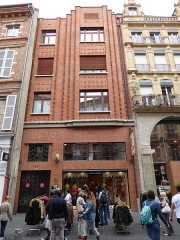 Immeuble - English: Exterior of 66 rue de la Pomme, Toulouse during a street sale day