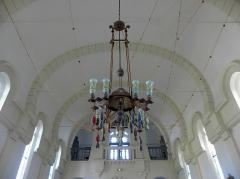 Chapelle Sainte-Marie-du-Cap - Français:   Chapelle Sainte-Marie-du-Cap, chapelle de la Villa Algérienne à Lège-Cap-Ferret (33). Intérieur. Lustre.
