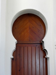Chapelle Sainte-Marie-du-Cap - Français:   Chapelle Sainte-Marie-du-Cap, chapelle de la Villa Algérienne à Lège-Cap-Ferret (33). Intérieur. Porte gauche de la sacristie.