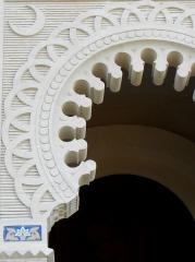 Chapelle Sainte-Marie-du-Cap - Français:   Chapelle Sainte-Marie-du-Cap, chapelle de la Villa Algérienne à Lège-Cap-Ferret (33). Façade principale. Détail. Arc outrepassé du portail.