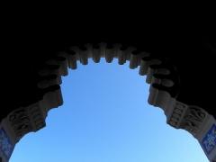 Chapelle Sainte-Marie-du-Cap - Chapelle Sainte-Marie-du-Cap, chapelle de la Villa Algérienne à Lège-Cap-Ferret (33). Façade principale. Détail. Arc outrepassé du portail.
