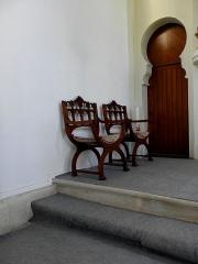 Chapelle Sainte-Marie-du-Cap - Français:   Chapelle Sainte-Marie-du-Cap, chapelle de la Villa Algérienne à Lège-Cap-Ferret (33). Intérieur. Chaises et porte gauche de la sacristie.
