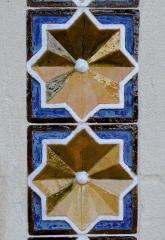 Chapelle Sainte-Marie-du-Cap - Français:   Chapelle Sainte-Marie-du-Cap, chapelle de la Villa Algérienne à Lège-Cap-Ferret (33). Façade principale. Détail. Carreaux de faïence du portail.