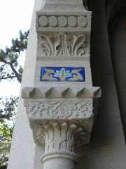 Chapelle Sainte-Marie-du-Cap - Français:   Chapelle Sainte-Marie-du-Cap, chapelle de la Villa Algérienne à Lège-Cap-Ferret (33). Façade principale. Détail. Chapiteau sud du portail.