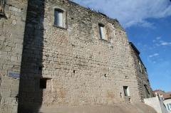Ancien château - Français:   Puisserguier (Hérault) - mur du château (à droite de l\'entrée).