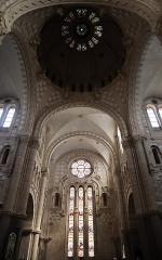 Eglise Saint-Martin - Intérieur de l'église de Janzé (35) dédiée au Sacré-Cœur, à Saint-Pierre et Saint-Martin. Transept.