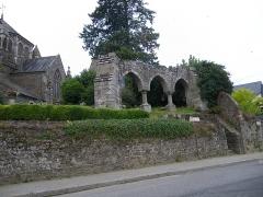 Eglise de la Sainte-Trinité-Notre-Dame -  Chapitreau (porche) de l\'ancienne église de Tinténiac et nouvel édifice.