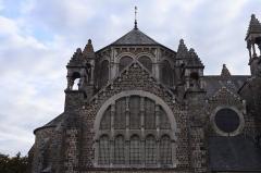 Eglise de la Sainte-Trinité-Notre-Dame - Français:   Extérieur de l\'église Sainte-Trinité de Tinténiac (35). Vue méridionale de l\'édifice (non orienté). Coupole du chœur et abside.