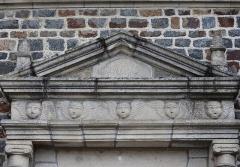 Eglise de la Sainte-Trinité-Notre-Dame - Français:   Église Sainte-Trinité de Tinténiac (35). Porte des morts. Détail.