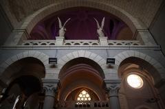 Eglise de la Sainte-Trinité-Notre-Dame - Français:   Intérieur de l\'église Sainte-Trinité de Tinténiac (35). Coupole du chœur vue du collatéral gauche.