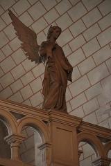 Eglise de la Sainte-Trinité-Notre-Dame - Intérieur de l'église Sainte-Trinité de Tinténiac (35). Ange de la galerie gauche du chœur.