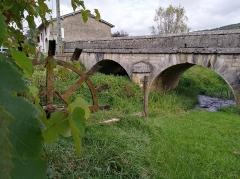 Moulin de Pont des Vents - Français:   Moulin de Pont des Vents et le Pont des Vents en arrière-plan, à Montfleur (Jura, France).