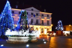 Hôtel de ville - English: Champagnole downtown with Christmas lighting. Town hall in December 2012.