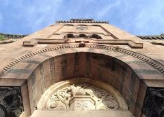 Ancienne église prieurale - Français:   Vue en contre-plongée du clocher de l\'église Saint-Julien de Régny (Loire, France).