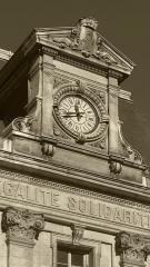 Bourse du Travail - Vue de l'Horloge de la bourse du travail de Saint-Etienne, chef-lieu du département de la Loire. Le bâtiment est l'oeuvre de Léon Lamaizière qui, outre cette construction, a fortement marqué l'urbanisme stéphanois par de nombreuses réalisations architecturales.