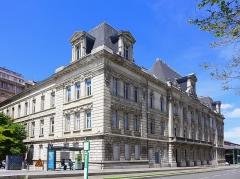 Bourse du Travail - Français:   Vue générale de la bourse du travail de Saint-Etienne, chef-lieu du département de la Loire. Le bâtiment est l\'oeuvre de Léon Lamaizière qui, outre cette construction, a fortement marqué l\'urbanisme stéphanois par de nombreuses réalisations architecturales.