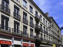 Immeuble - Français:   Vue de l\'immeuble de négociants datant du 19ème siècle et situé 11 rue de la république à Saint Etienne, chef-lieu du département de la Loire.Au 2nd plan à droite, l\'immeuble du 13 rue de la république également monument historique.