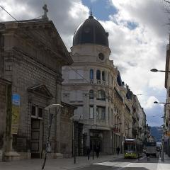 Immeuble dénommé  Les Nouvelles Galeries - English:  The  St. Louis church bordering the square  Waldeck-Rousseau