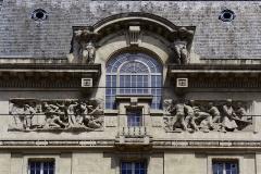 """Immeuble dénommé """" Hôtel des Ingénieurs """", - Détails de la façade de l'hôtel des ingénieurs à Saint-Etienne, chef-lieu du département de la Loire. A noter les hauts reliefs signés de Paul Graf qui représentent le travail de la mine et celui des métaux."""