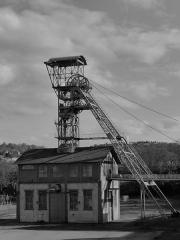 """Site minier dit """" Puits Couriot """" - Vue du chevalement de l'ancien site minier du Puits Couriot à Saint-Etienne, chef-lieu du département de la Loire. Le site abrite désormais le Musée de la Mine."""