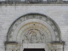 Eglise Notre-Dame - Façade principale de l'église Notre-Dame de Clisson (44). Portail central. Tympan. Vierge à l'Enfant.